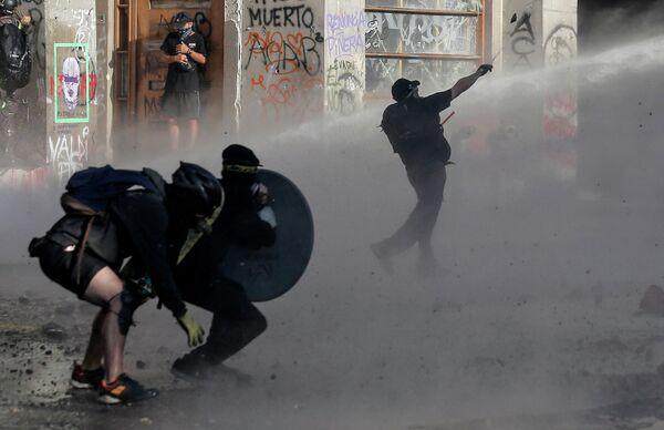 Акция протеста против политики президента Чили Себастьяна Пиньера в Сантьяго
