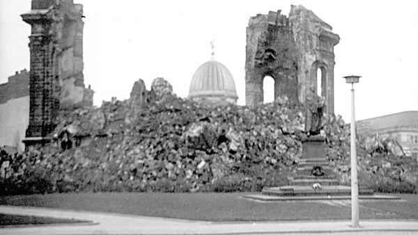 Памятник Фрауэнкирхе. Автор Рольф ван Мелис, июнь 1970