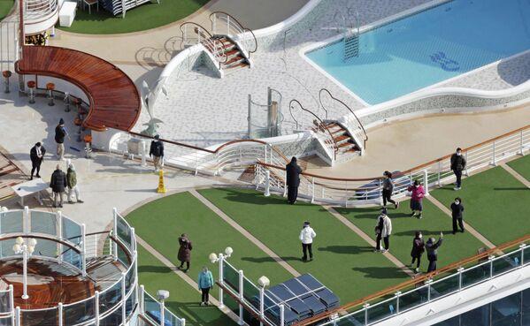 Пассажиры на палубе круизного судна Diamond Princess в порту Йокогамы