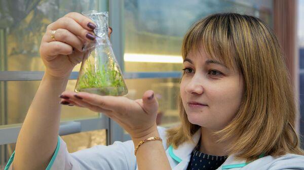 Директор института живых систем БФУ им. И. Канта Ольга Бабич работает с биологическими образцами