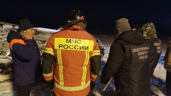 Сотрудники МЧС и Следственного комитета на месте крушения частного вертолета Bell 407 в Лаишевском районе Татарстана