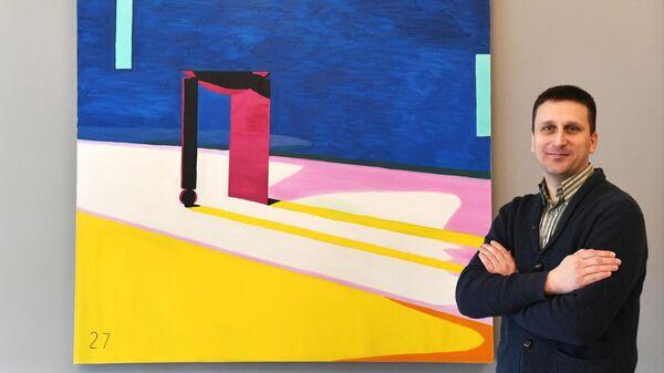 Художник Кирилл Майданюк у своей картины Дверь на выставке Новые городские художники на площадке Государственного музейно-выставочного центра РОСИЗО в Москве.