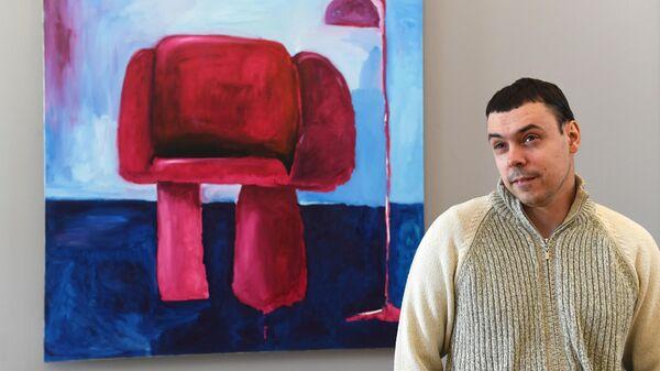 Художник Виталий Чистяков у своей картины Кресло 2 на выставке Новые городские художники на площадке Государственного музейно-выставочного центра РОСИЗО в Москве.