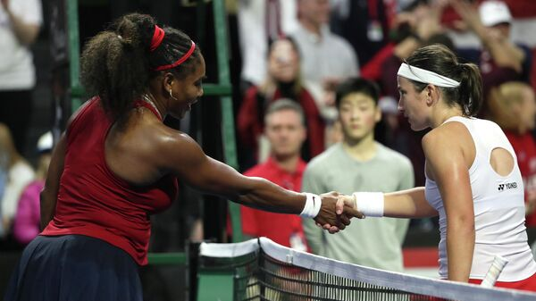 Теннисистки Серена Уильямс (США) и Анастасия Севастова (Латвия) после матча в Кубке Федерации