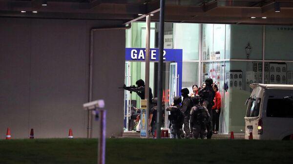 Силы безопасности Таиланда входят в торговый центр, преследуя стрелка,  который устроил массовую стрельбу в торговом центре. 9 февраля 2020