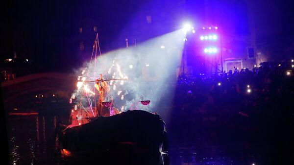 Шоу во время открытия Венецианского карнавала в Венеции, Италия, суббота, 8 февраля 2020
