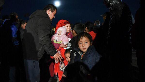 Этнические дунгане из Масанчи, где проживает большое количество дунган, которые являются мусульманами китайского происхождения, пересекают границу Кыргызстана