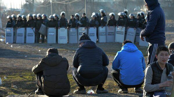 Спецназ блокирует дорогу  после конфликта в поселке  Масанчи недалеко от границы на юге Казахстана.  8 февраля 2020