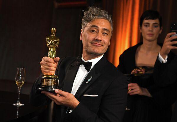 Актер, кинорежиссер, сценарист, продюсер и комик Тайка Вайтити на церемонии вручения премии Оскар