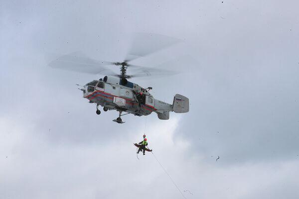 Спасатели отрабатывают подъем пострадавшего из труднодоступного места на борт ВС