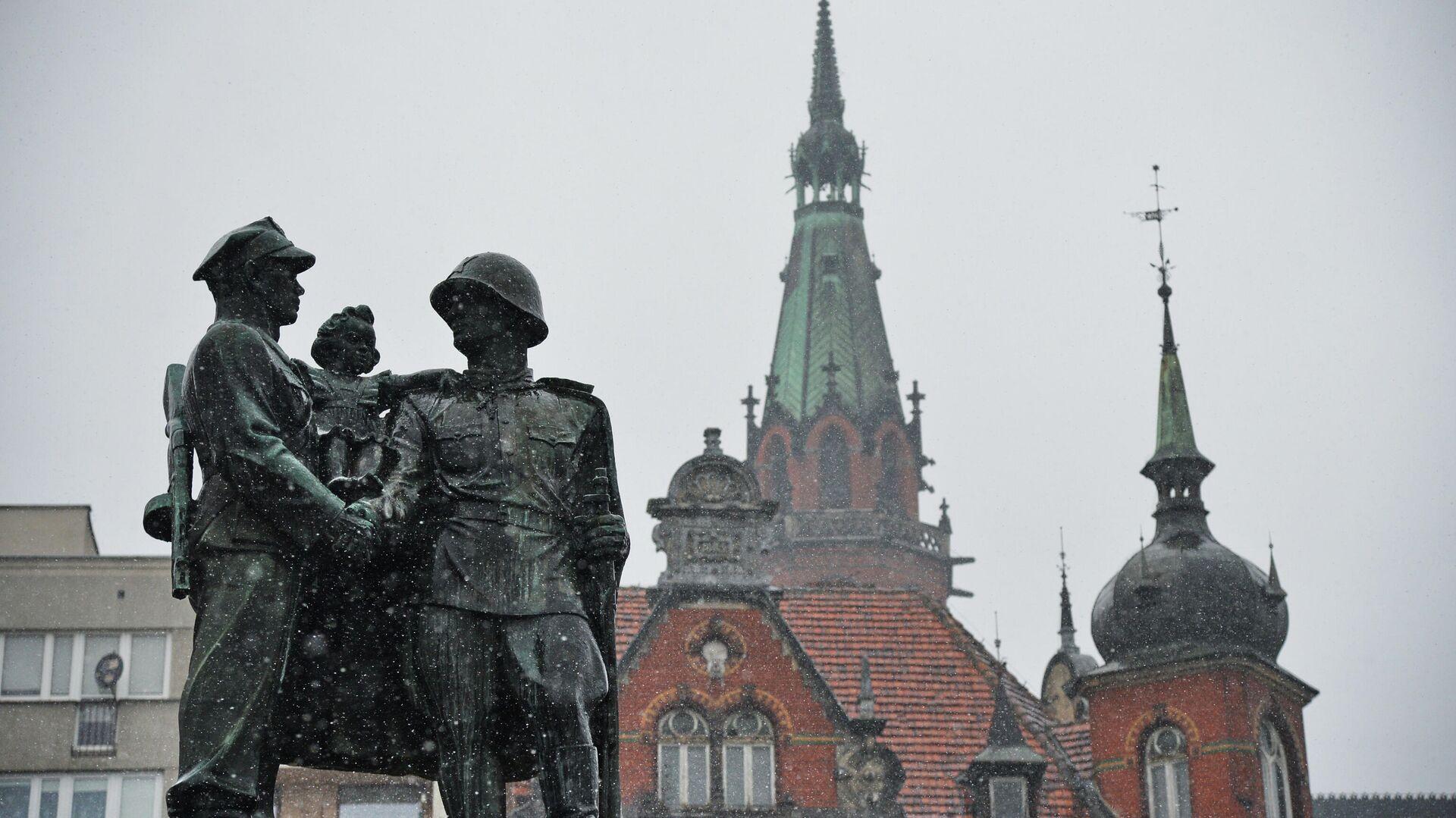 Памятник советско-польскому братству по оружию в центре города Легница - РИА Новости, 1920, 08.05.2021