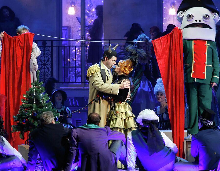 Ильдар Абдразаков и Екатерина Соловьева в сцене из оперы Жака Оффенбаха Сказки Гофмана в Мариинском театре