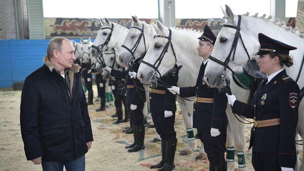 Президент РФ Владимир Путин во время посещения 1-го оперативного полка полиции ГУ МВД РФ по городу Москве
