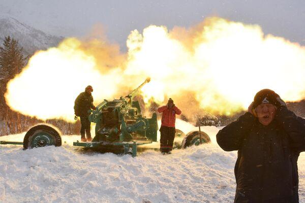 Специалисты Эльбрусского военизированного противолавинного отряда обстреливают горные склоны