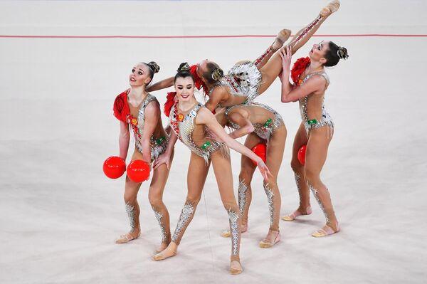 Спортсменки сборной России выполняют упражнение с 5 мячами в финале групповой программы по художественной гимнастике на этапе Гран-при Москвы