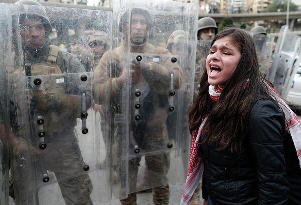Участница антиправительственной демонстрации в центре Бейрута
