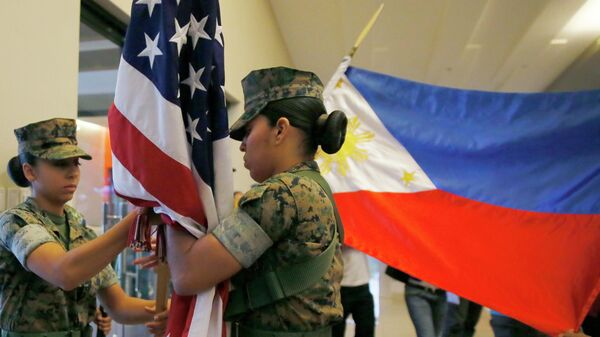 Военнослужащие складывают флаги после завершения совместных американо-филиппинских учений