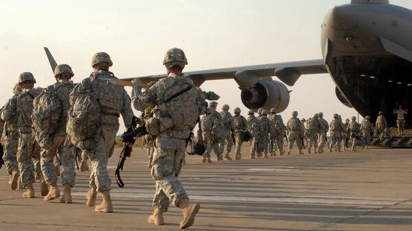 Американские военные во время посадки в самолет на авиабазе в Киркуке, Ирак