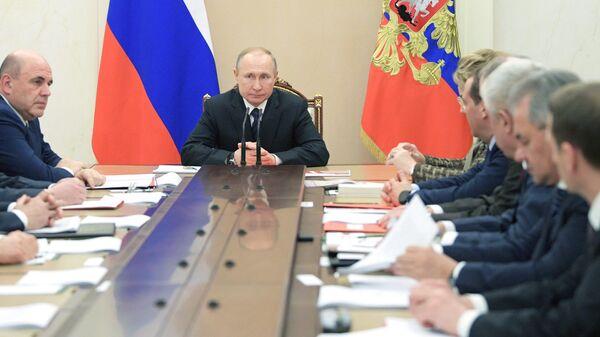 Президент РФ Владимир Путин и председатель правительства РФ Михаил Мишустин на совещании с постоянными членами Совета безопасности