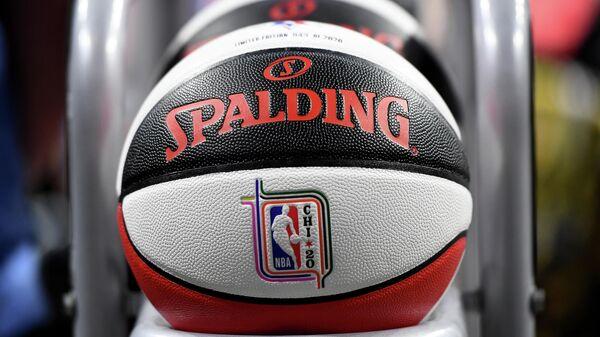 Баскетбольный мяч НБА, приуроченный к Матчу звезд 2020 года.
