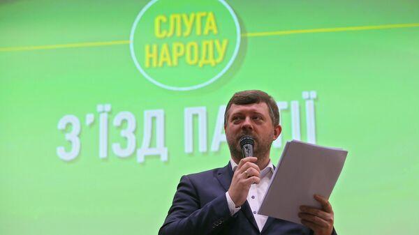 Новоизбранный председатель партии Слуга народа Александр Корниенко на съезде партии Слуга народа в Киеве