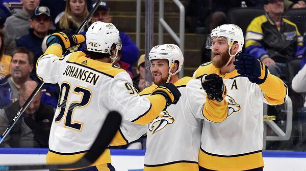 Хоккеисты Нэшвилл Предаторз празднуют гол в ворота Сент-Луис Блюз в матче НХЛ