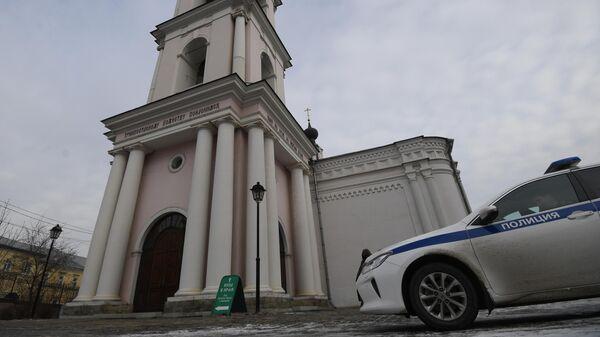 В Москве мужчина с ножом ранил двух прихожан храма