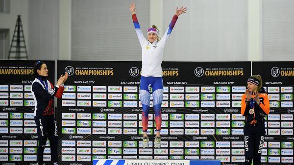 Российская конькобежка Наталья Воронина на пьедестале почета