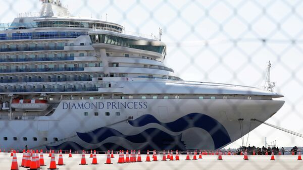 Круизный лайнер Diamond Princess в порту Йокогама
