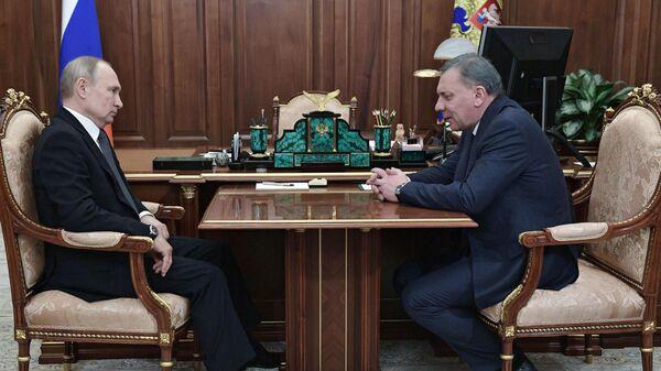Президент РФ Владимир Путин и заместитель председателя правительства РФ Юрий Борисов во время встречи