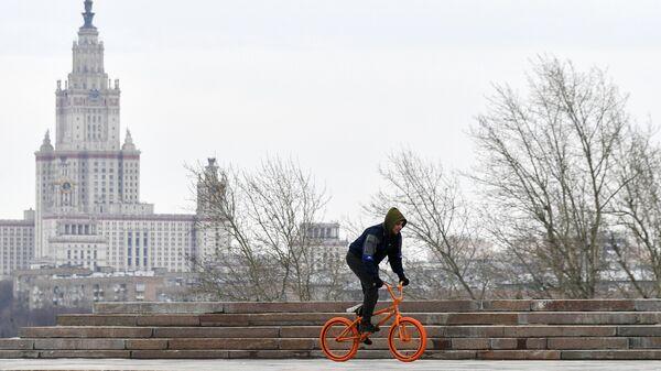 Мужчина катается на велосипеде на Поклонной горе