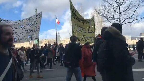 Французы протестуют в Париже против проекта пенсионной реформы