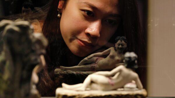Посетительница выставки Секс в античном Китае в Гонконге