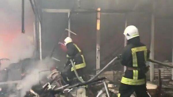 Кадры с места пожара в крупнейший торговом центре Баку