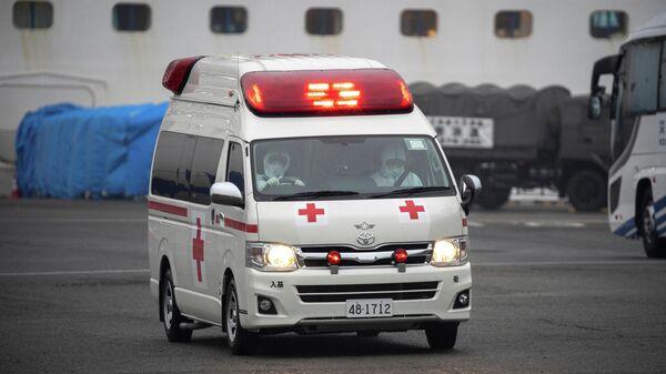Автомобиль скорой помощи у круизного лайнера Diamond Princess в порту Йокогама