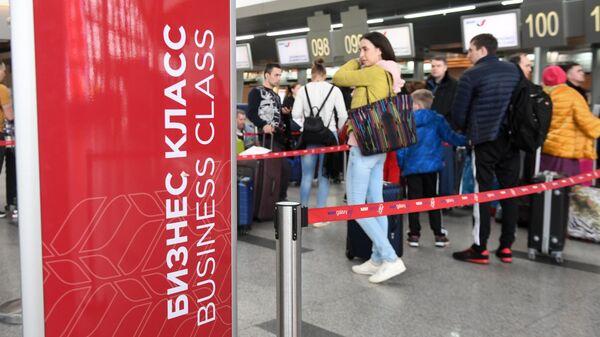 Пассажиры стоят в очереди на регистрацию в аэропорту Внуково.