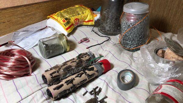 Самодельные взрывные устройства с поражающими элементами и компоненты для изготовления взрывчатых веществ, изъятые сотрудниками ФСБ при задержании подростков, готовивших террористические акты на территории России