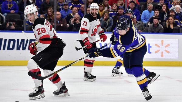 Игрок ХК Сент-Луис Блюз Иван Барбашев (49) и игрок ХК Нью-Джерси Девилз Дэймон Северсон (28) в матче регулярного чемпионата НХЛ