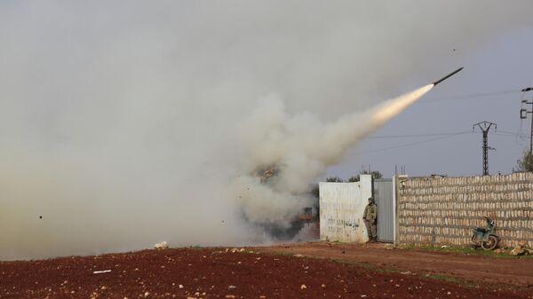 Запуск ракеты турецкими военными в направлении позиций сирийской правительственной армии в провинции Идлиб