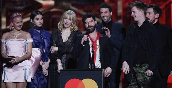 Участники группы Foals на церемонии вручения премии Brit Awards в Лондоне