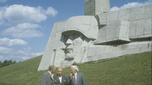 Ветераны у памятника-монумента Штыки на 40-м километре Ленинградского шоссе, у въезда в город Зеленоград.