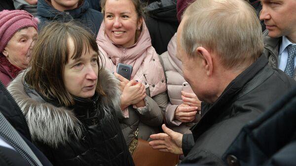 Президент РФ Владимир Путин общается с жителями Санкт-Петербурга