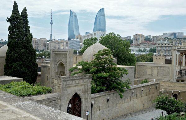 Дворец ширваншахов — бывшая резиденция правителей Ширвана, и архитектурный комплекс Башни Пламени в столице Азербайджана Баку