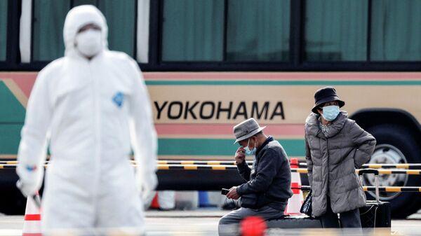 Пассажиры покидают круизный лайнер Diamond Princess в порту Йокогама