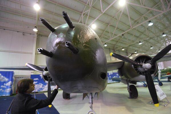 Посетитель Центрального музея Военно-воздушных сил рассматривает американский самолёт-торпедоносец А-20 Бостон