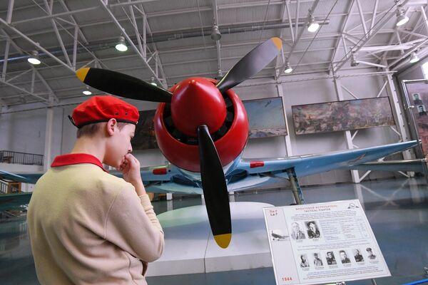 Юнармеец рассматривает фронтовой истребитель Ла-7, на котором воевал трижды Герой Советского Союза Кожедуб И. Н. и сбил на нем 17 самолетов противника, в Центральном музее Военно-воздушных сил