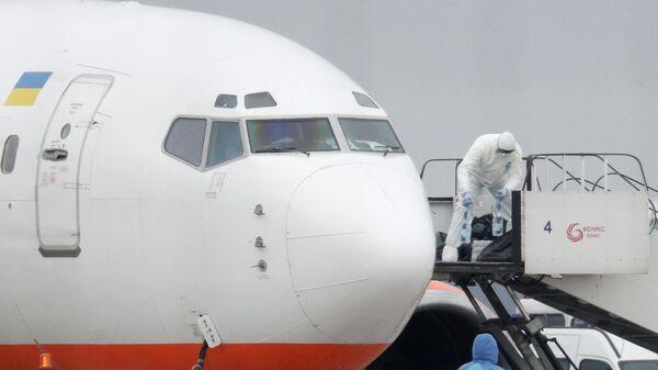 Самолет с гражданами Украины, эвакуированными из Китая, в международном аэропорту Борисполь