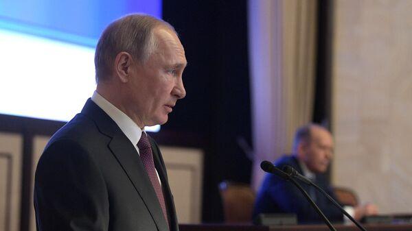 Владимир Путин выступает на заседании коллегии Федеральной службы безопасности РФ