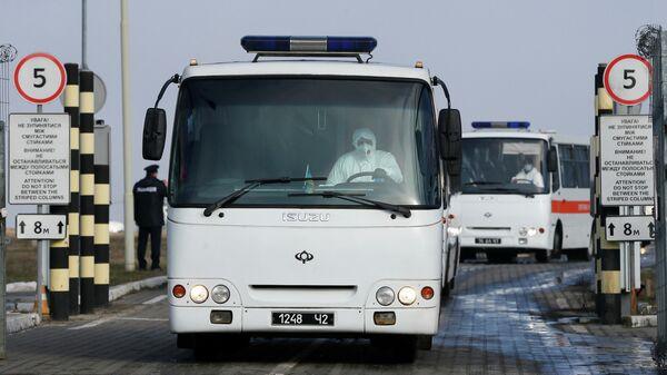 Автобусы с гражданами Украины и других стран, которые были эвакуированы из Китая, в аэропорту Харькова. 20 февраля 2020