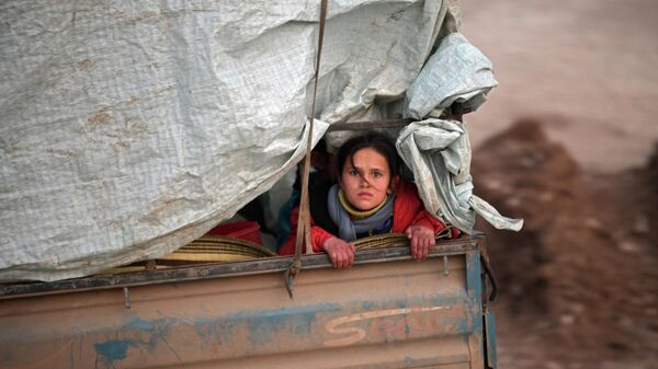 Сирийская девочка в кузове грузовика, направляющегося в лагерь Дейр-эль-Баллут